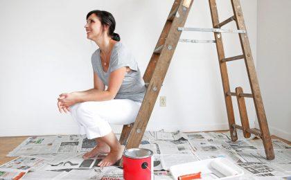 Frau nach erfolgreicher Wohnungssuche