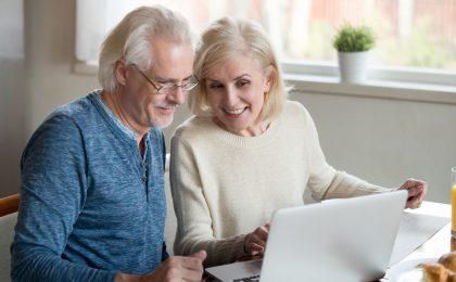 Paar informiert sich über Leibrente