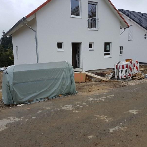 Der gewonnene Platz vorm Haus wird für den Graben benötigt