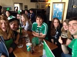 Nach der Parade gingen wir ins Sin É, einem sehr gemütlichen Pub, wenn man sich erst einmal an den eigenwilligen Geruch gewöhnt hat. An dem Abend spielte eine Gruppe irische Folksmusik