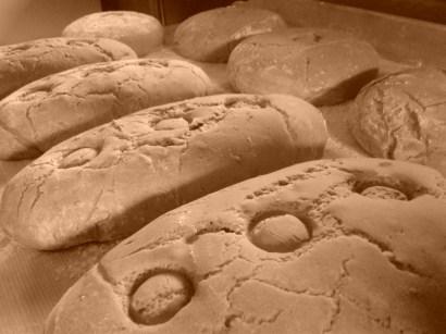 zu Weihnachten bekommen die Brot das Weihnachtszeichen - ein Stamperl reingesetzt