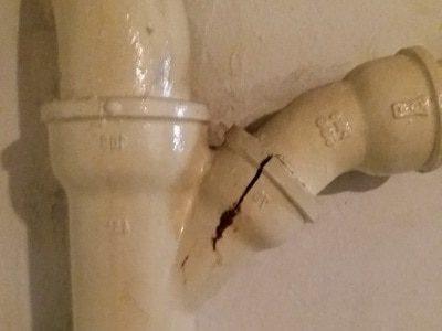 Schimmelpilz im Schlafzimmer Gutachter Abwasserrohr undicht Schimmel im ganzen Haus