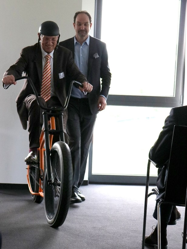 Lutz Langhoff zeigte am Beispiel Fahrrad (Hans-Günther Jakob) wie schwer es ist, rückwärts gewand das Ziel im Auge und die Balance zu behalten