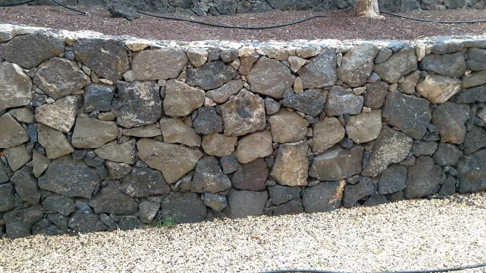 Trockenmauer selber bauen – Stützmauer aus Bruchsteinen