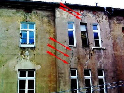 Risse im Putz, Bereich Fensterbrüstungen Fensterstürze Wand Altbau, Setzungsrisse