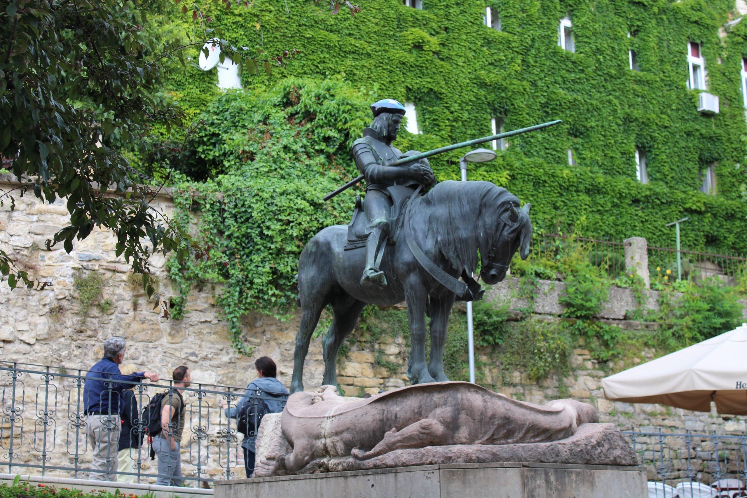 Spomenik sv. Jurja osvanuo s kacigom na glavi: Šalje li se neka posebna poruka?