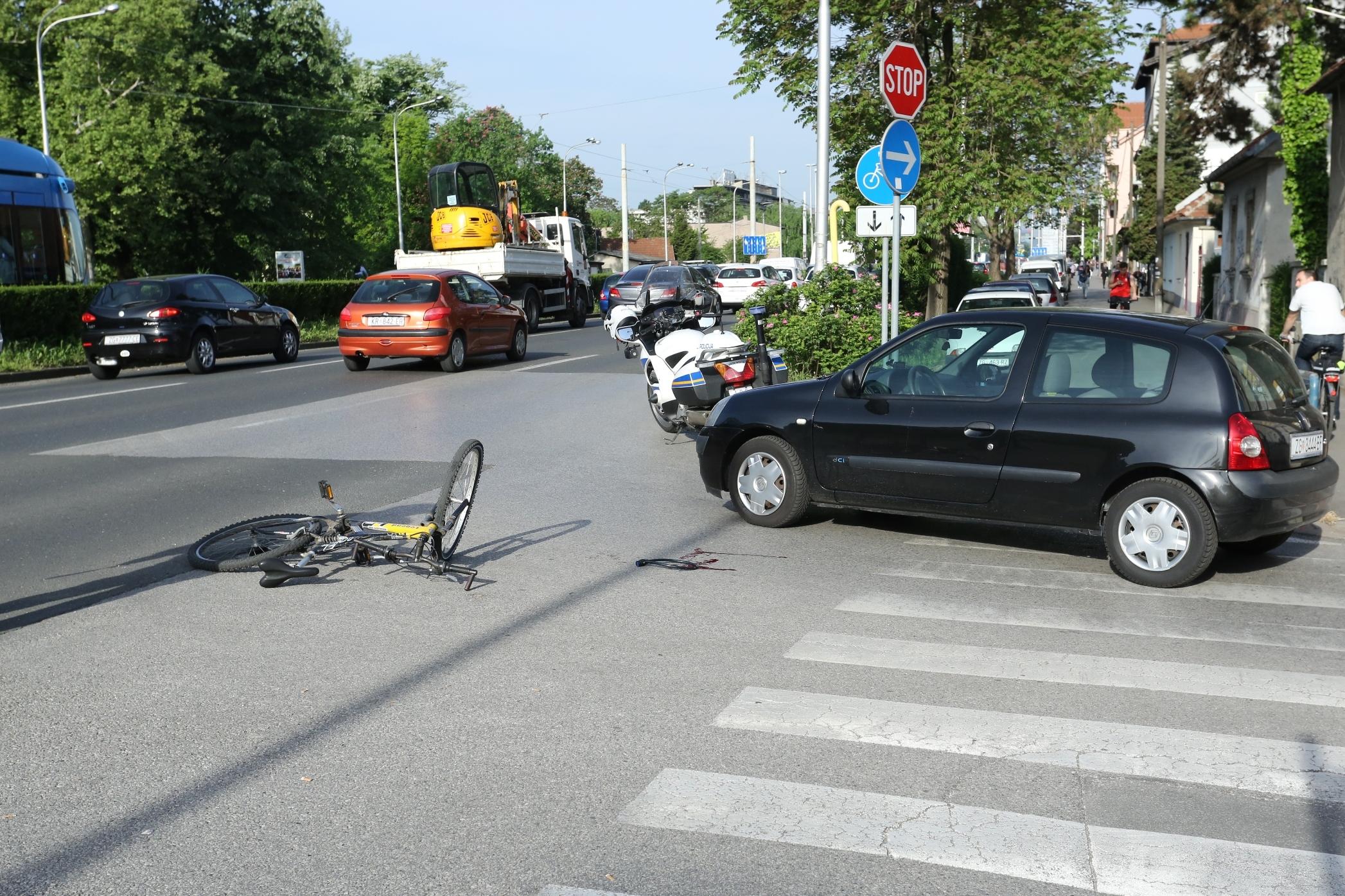 Sindikat biciklista: 'Biciklističke staze su za bicikle, ne za ugostiteljske terase i prodaju borova'