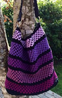 Annika Petterssons lila väska med svart botten