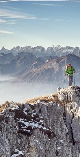 Felix Wölk – Story Hike & Fly Magazinveröffentlichung in der FREEMEN´s WORLD, Bergsteiger auf Grat, Gleitschirm auf dem Rücken
