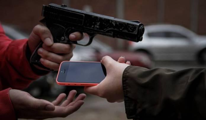 (VÍDEO): ¡Insólito! Delincuentes despojan de arma a un coronel de la PN y atracan negocio