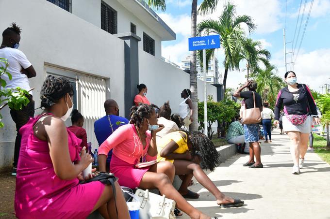 Las aceras de la Maternidad La Altagracia son la sala de espera de las haitianas
