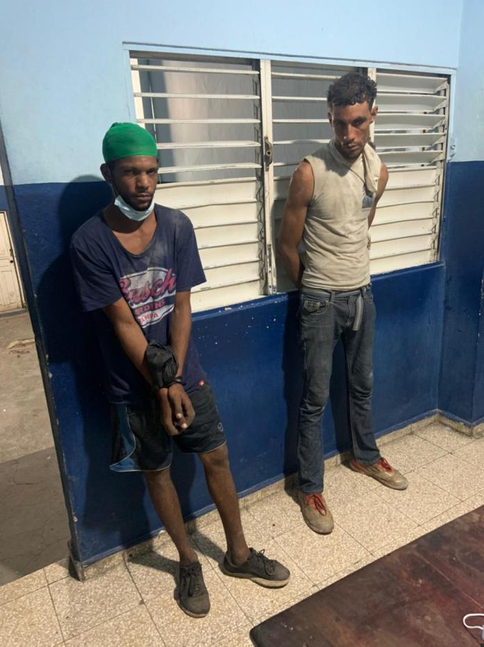 Policía apresa dos hombres por robo en La Romana