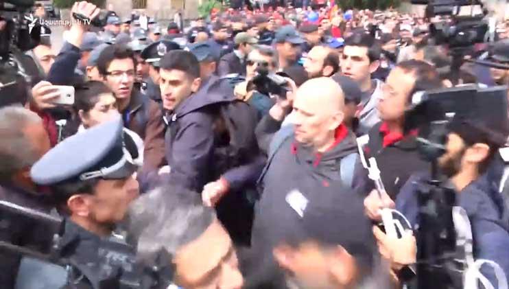 Լարված իրավիճակ․ Ոստիկանները բռնի ուժով հեռացրեցին Նիկոլ Փաշինյանին և Սասուն Միքայելյանին (Տեսանյութ)