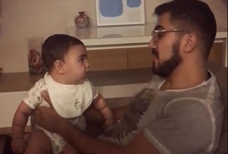Հայ տղամարդը Կոմիտաս է երգում իր փոքրիկի համար, ով կլանված լսում է ամեն մի նոտան (Տեսանյութ)