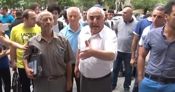 «Իմ երկու թոռնիկները «պապա» բառը չգիտեն»․ Սրտաճմլիկ դեպք, որը հուզեց բողոքի ցույցի մասնակիցներին (Տեսանյութ)