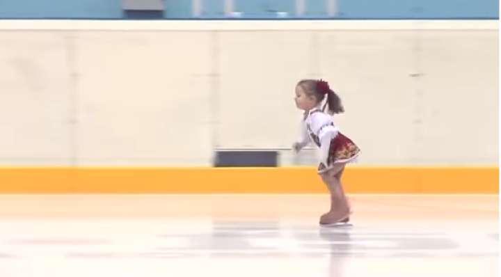 Աշխարհի ամենափոքրիկ գեղասահորդուհին․ Նա ընդամենը 2 տարեկան է. պարզապես տեսեք, թե ինչ էր է կարողանում անել