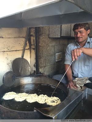 Mushhoor Jalebiwallah in action in Purani Dilli