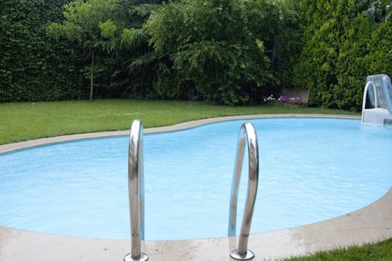 pool im garten bauen und wohnen in der schweiz. Black Bedroom Furniture Sets. Home Design Ideas
