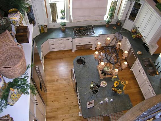 Weisse Landhausküche von oben