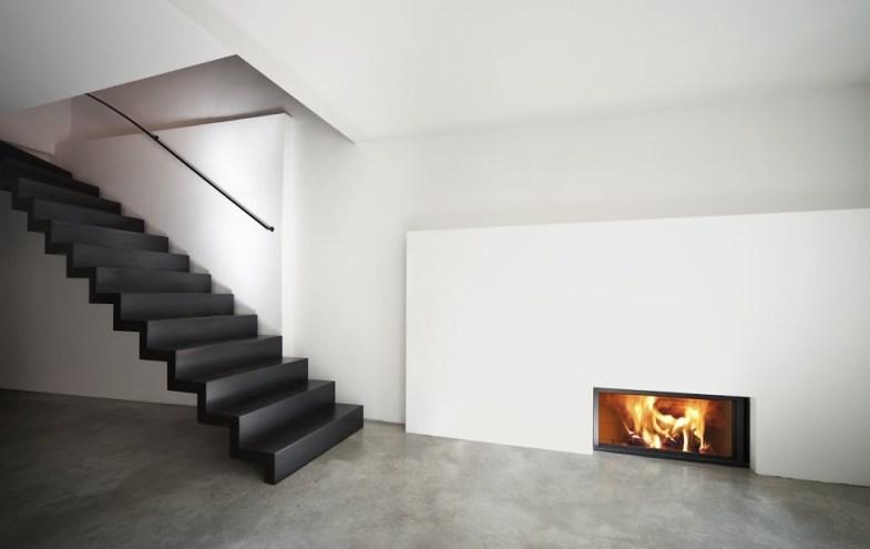 Moderner Wohnbereich mit Treppe und Kamin