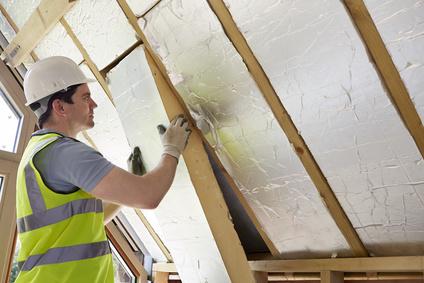 Ein Dach wird mit Dämmplatten gedämmt