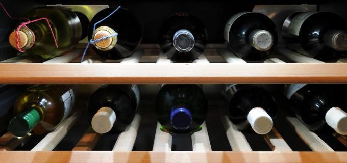 Weinflaschen lagern – stehend oder liegend?