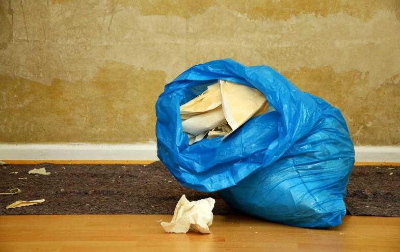 Blauer Müllsack mit Tapetenresten
