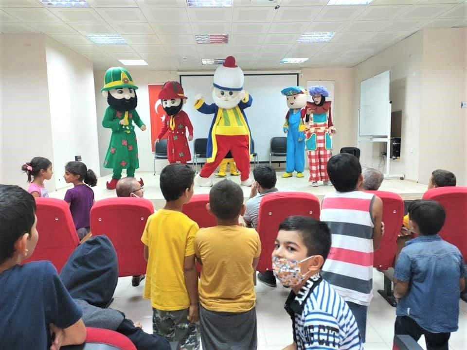 Bayburt'ta çocuklar tiyatro ile eğlencenin tadını çıkardı