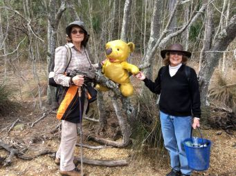 Elaine collects litter and Denise makes a new friend