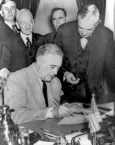Franklin_Roosevelt_signing_declaration_of_war_against_Germany