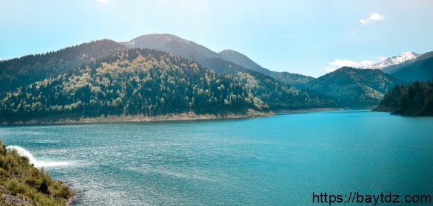 أكبر بحيرة عذبة في العالم