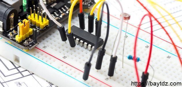 كيف أتحكم في فتح وإغلاق دارة كهربائية