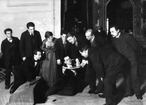 Федор Шаляпин поет с листа на репетиции в зале народного дома