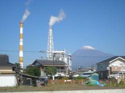 工場の煙突と富士山(富士市)