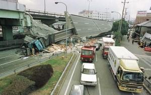 阪神・淡路大震災(高架橋から落ちたトラック)