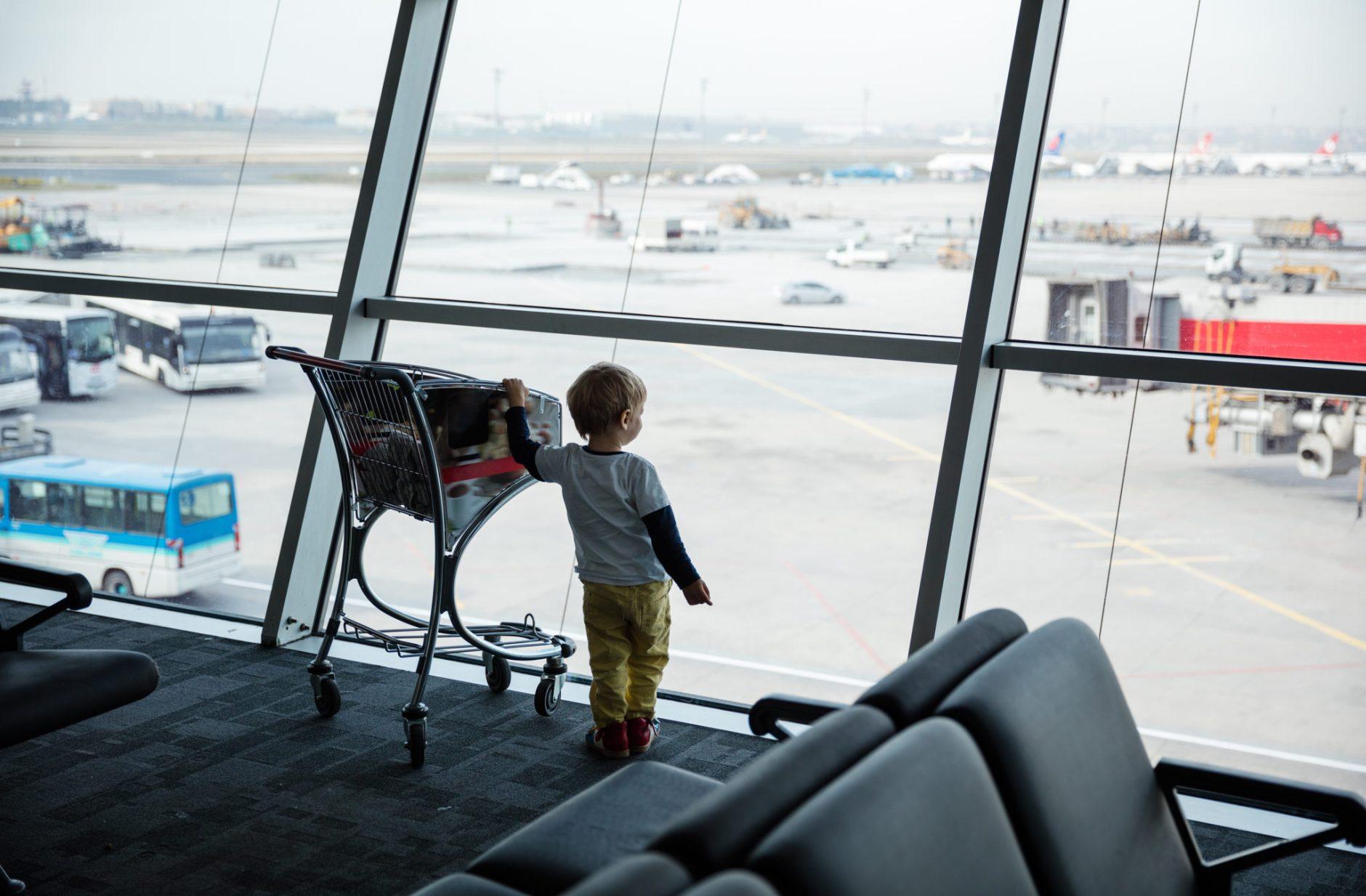 Voyage en avion avec bébé et enfant : les bagages en cabine