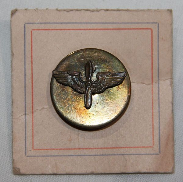 H007. WWII SCREW BACK AAF, ARMY AIR CORPS COLLAR DISK ON THE ORIGINAL CARD