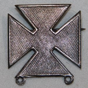 H014. EARLY WWII PIN BACK MARKSMAN BADGE