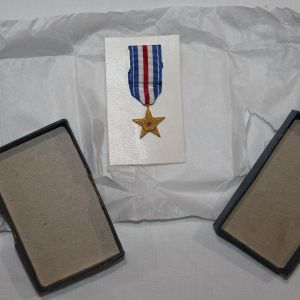 T019. EARLY VIETNAM MINIATURE SILVER STAR MEDAL IN THE ORIGINAL BOX