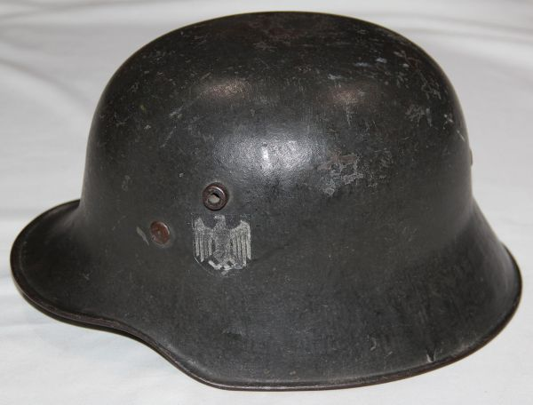 L017. WWII GERMAN ARMY SINGLE DECAL TRANSITIONAL M18 HELMET
