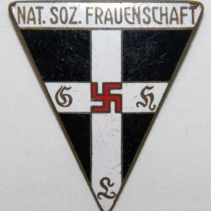 P042. WWII GERMAN FIRST PATTERN NATIONAL SOCIALIST FRAUENSCHAFT MEMBER BADGE