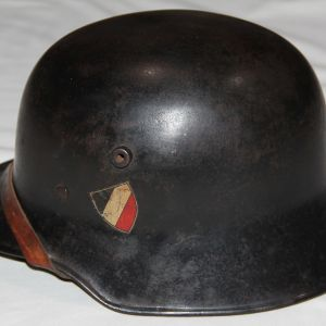 L040. EARLY 1930'S M18 POLICE HELMET WITH SMALL TILTED TRICOLOR AND MOBILE SWASTIKA