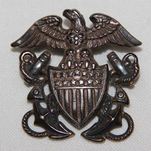 H106. WWII US NAVY OFFICERS GARRISON CAP BADGE BY AMICO