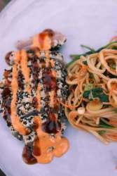 Tonijnsteak van de BBQ met sesamkorst en srirachamayo