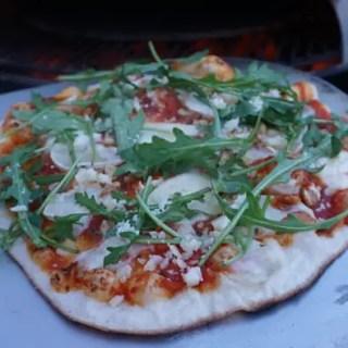 Pizza mit Ziegenkäse, Rucola und Honig