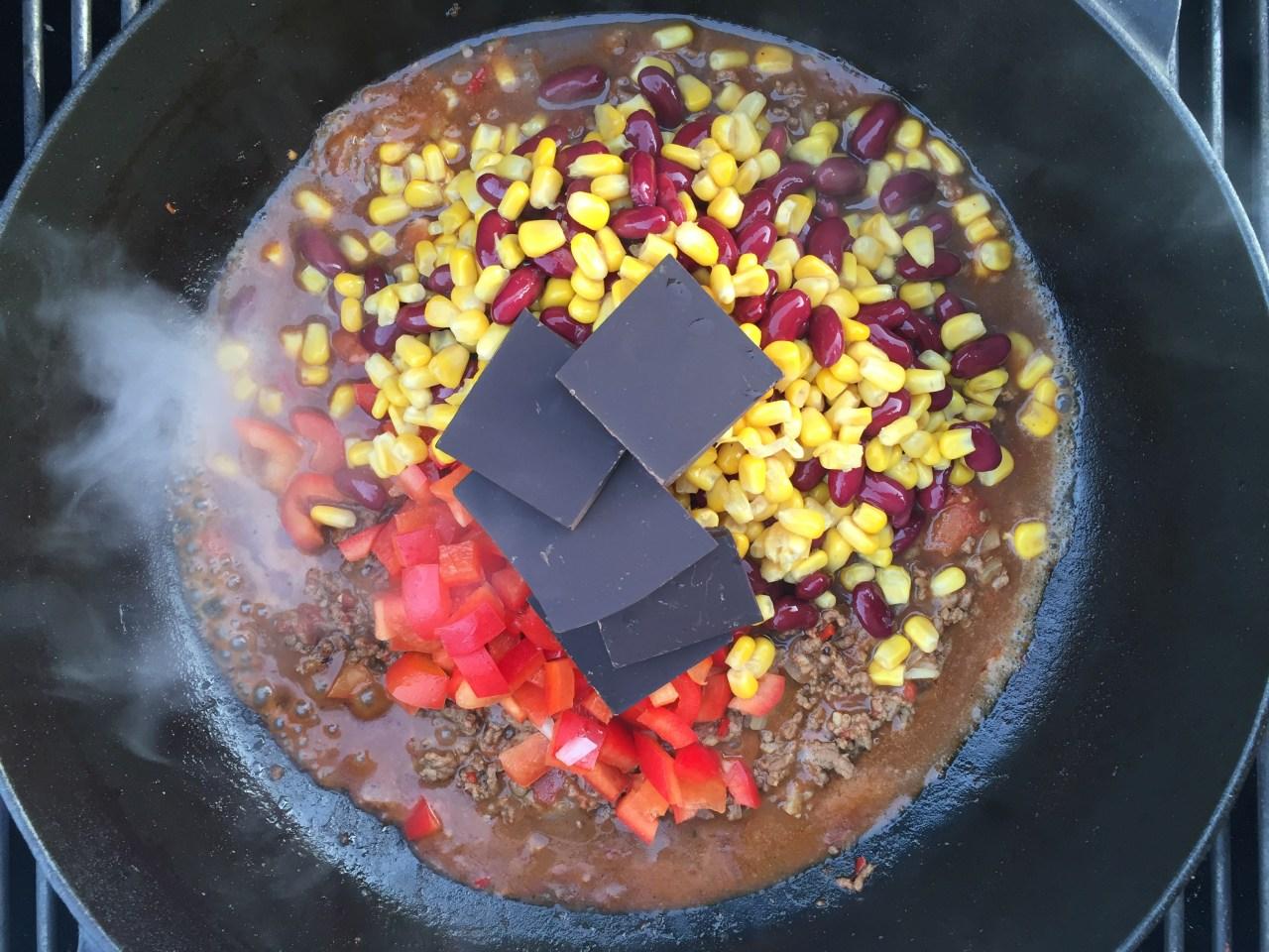 Schokolade, Mais, Bohnen und Paprika dazu