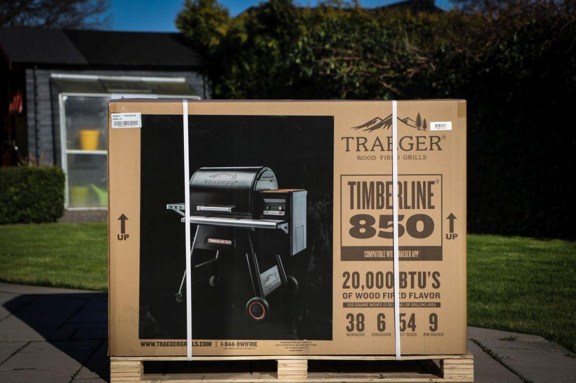 Der Traeger Timberline wird auf einer stabilen Holzpalette geliefert