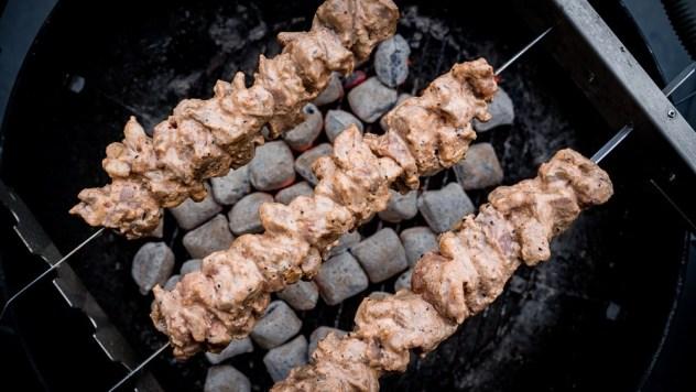 Das eingelegte Fleisch wird aufgespießt und langsam gegrillt...