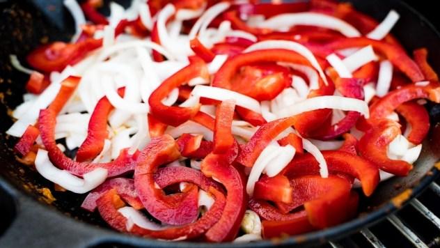 Paprika, Zwiebeln und Pute sind die Hauptbestandteile...