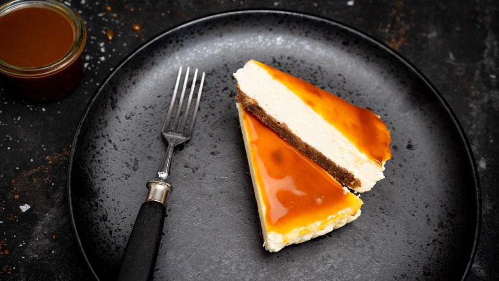 Cheescake mit Grill-Cookies Boden und Karamell Sauce